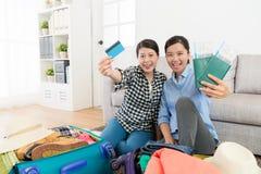 Femmes heureuses regardant l'appareil-photo tenant la carte de crédit Images stock
