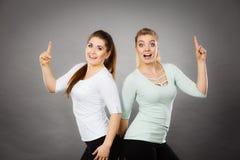 Femmes heureuses se dirigeant avec un doigt Photographie stock
