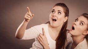 Femmes heureuses se dirigeant avec un doigt Images stock