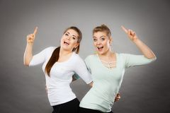 Femmes heureuses se dirigeant avec un doigt Image libre de droits