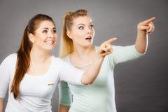 Femmes heureuses se dirigeant avec un doigt Images libres de droits