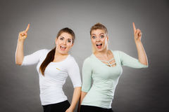 Femmes heureuses se dirigeant avec un doigt Photos stock