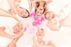 Femmes heureuses se tenant ensemble Photos stock