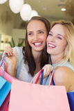 Femmes heureuses se tenant ensemble et regardant loin Photos stock