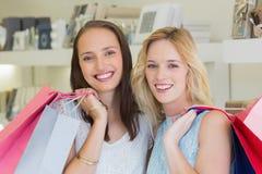 Femmes heureuses souriant à l'appareil-photo avec des paniers Photo stock
