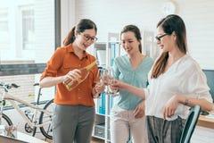 Femmes heureuses tenant des cannelures avec le champagne Photo stock