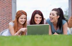 Femmes heureux à l'aide d'un cahier photos libres de droits