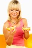 Femmes heureux avec des fruits Image stock