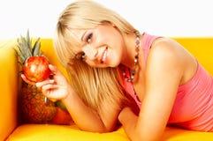 Femmes heureux avec des fruits Photographie stock libre de droits