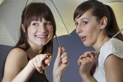 Femmes heureux avec des parapluies Photo stock