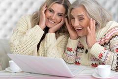 Femmes heureux avec l'ordinateur portatif Photos libres de droits