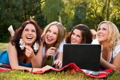 Femmes heureux avec un ordinateur Photographie stock libre de droits