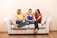 Femmes heureux dans une salle de séjour Photographie stock libre de droits