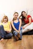Femmes heureux dans une salle de séjour image libre de droits