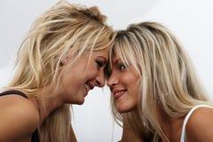 femmes heureux de la verticale deux jeunes Photographie stock