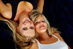 femmes heureux de la verticale deux jeunes Photo stock
