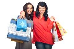 Femmes heureux embrassant aux achats Image stock