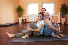 Femmes heureux en gymnastique Photographie stock libre de droits