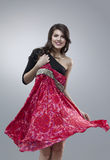 Femmes heureux essayant la robe rouge de fleur photographie stock