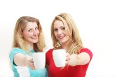 Femmes heureux grillant avec du café Photographie stock libre de droits