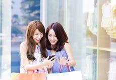 Femmes heureux retenant des sacs à provisions Photos stock