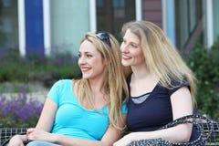Femmes heureux s'asseyant au soleil Photographie stock