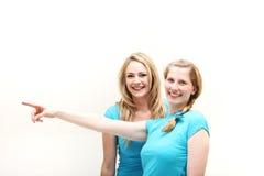 Femmes heureux se dirigeant outre de la trame Image libre de droits