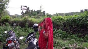 Femmes indiennes dans la rue de ville du Ràjasthàn sur le fond vert Image stock