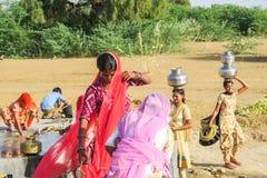 Femmes indiennes obtenant l'eau bien dedans du désert image libre de droits