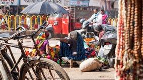 Femmes indiennes vendant des textiles dans la rue Image libre de droits