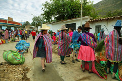 Femmes indigènes avec les vêtements colorés sur un marché de fleur de matin, Caraz Photographie stock libre de droits