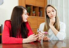 Femmes inquiétées avec l'essai de grossesse à la table Image libre de droits