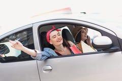 Femmes insouciantes dans un voyage dans la voiture Photos libres de droits