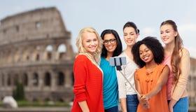 Femmes internationales prenant le selfie au-dessus du Colisé Photographie stock