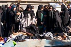 Femmes irakiennes faisant des emplettes pour des vêtements d'hiver Image stock