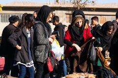 Femmes irakiennes faisant des emplettes pour des vêtements d'hiver Photo libre de droits