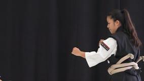 Femmes japonaises démontrant le karaté Okinawan banque de vidéos