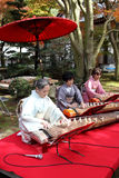 Femmes japonaises jouant l'instrument traditionnel Photographie stock