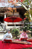 Femmes japonaises jouant le koto traditionnel Photos stock