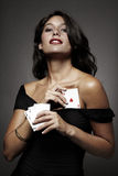 Femmes jouant au poker, cachant un as vers le haut de sa chemise image stock