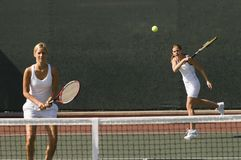 Femmes jouant au tennis Photo stock