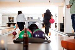Femmes jouant dans le bowling Photographie stock libre de droits