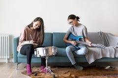 Femmes jouant la musique ensemble à la maison Photos libres de droits