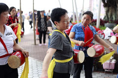 Femmes jouant le tambour de porcelaine Photos stock