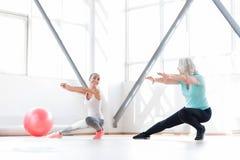 Femmes joyeuses belles ayant des classes d'aérobic ensemble Photos stock