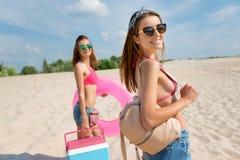 Femmes joyeuses se tenant sur la plage Image libre de droits