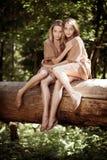 Femmes, jumelles dans la forêt Image libre de droits