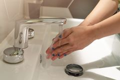 Femmes lavant des mains sous le robinet d'eau hygiène de concept photo stock