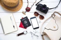Femmes Les passeports, le coût de cartes de voyage se sont préparés au voyage Images libres de droits
