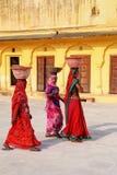 Femmes locales marchant avec des pots sur leurs têtes dans la deuxième cour Photographie stock